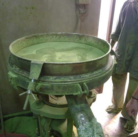 ハナヘナ製粉機械稼働中
